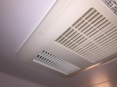 お風呂場の天井にある換気扇
