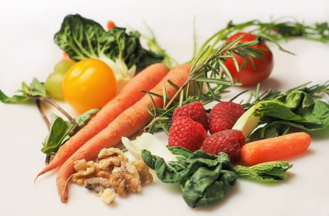 酵素は生の野菜や発酵食品で摂取