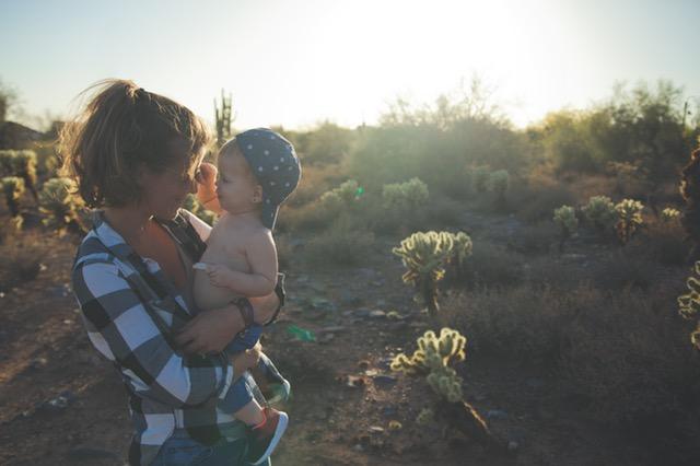 赤ちゃんとママ見つめあう