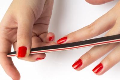 爪やすりをする女性