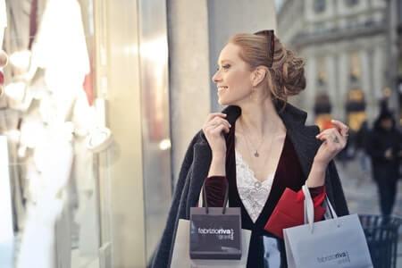 女性 買い物 笑顔